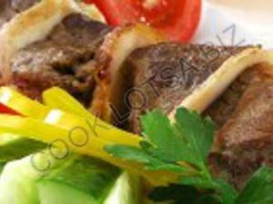 Шашлык из баранины с маринованным луком и соусом ткемали