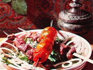 Шашлык из баранины с салом и помидор с томатным фрешем