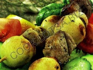 Шашлык из баранины, картофеля и копченого сала
