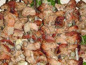 Шашлык из баранины в кефире, с салом и луком
