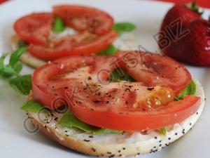 Бутерброд с помидорами и базиликом
