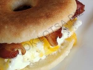 Бутерброд с яичницей, беконом и сыром