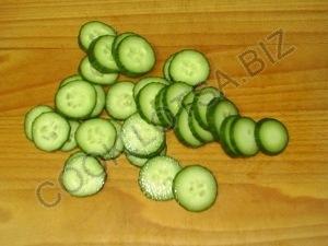 Салат из огурцов, помидоров и редиски в сметане