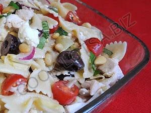 Салат из курицы и макарон Средиземноморский