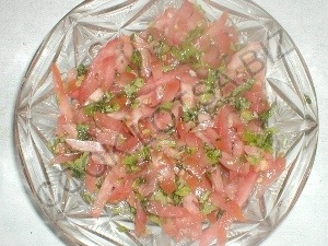 Салат из руколы с сыром и помидорами