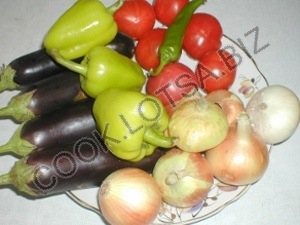 Баклажанная икра с сырыми овощами